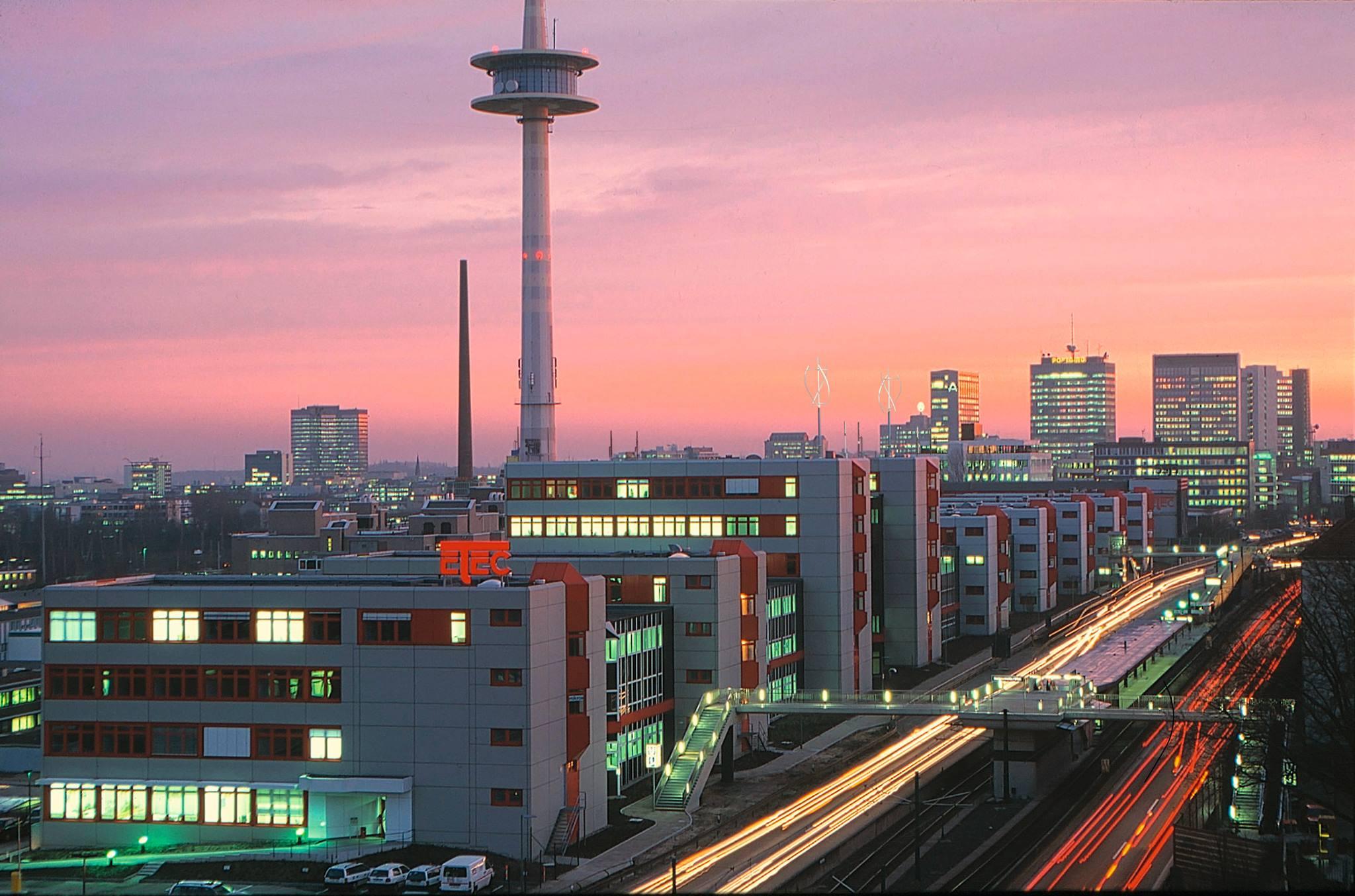 Skyline einer Stadt bei Sonnnenuntergang