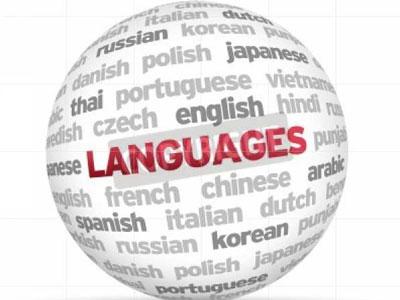 Weltkugel mit verschiedenen Sprachen in Englisch und dem Wort languages in rot