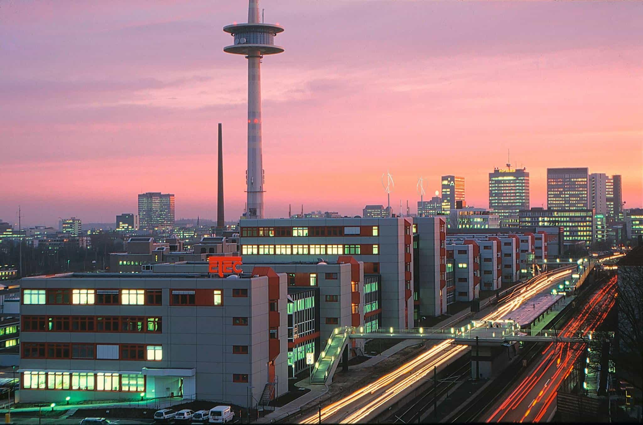 Skyline einer Stadt bei Sonnenuntergang