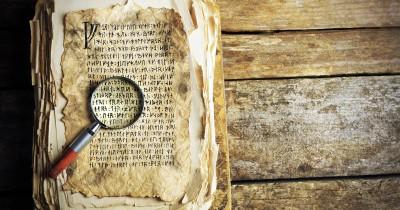 Lupe liegt auf einem alten Buch