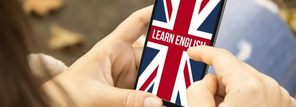 Hände tippen auf Handy, dass eine App zum Englisch lernen anzeigt